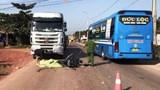 Xe máy đấu đầu container, xe nát vụn còn tài xế tử vong tại chỗ