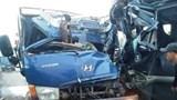 Xe tải chở gạch đối đầu xe khách, 2 tài xế kẹt cứng trong cabin