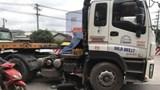 Dùng xe cẩu nâng bánh xe container giải cứu người phụ nữ