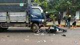 Xe máy chạy ngược chiều bị gãy đôi khi tông vào xe tải