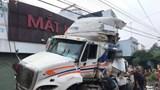 Tai nạn giao thông mới nhất hôm nay 5/11: Tàu hỏa tông container, tài xế nhập viện