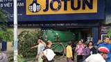 Hà Nội: Xe bồn mất lái đâm vào nhà dân
