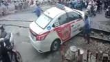 Phạt nặng tài xế taxi cố tình vượt đường sắt khi tàu sắp đến
