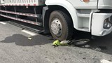 """Tai nạn giao thông mới nhất hôm nay 28/11: Xe tải cán nát xe máy, kéo lê cô gái tại ngã ba """"tử thần"""""""