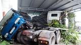 """Tai nạn giao thông mới nhất hôm nay 29/11: Xe bồn chở gas gãy đôi sau khi """"hạ gục"""" nhiều nhà dân"""
