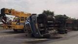 Tai nạn giao thông mới nhất hôm nay 1/12: Xe container lật ngang đường, tài xế mắc kẹt trong cabin