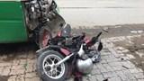 Cụ ông chạy xe máy tông người đi bộ rồi lao vào đầu xe buýt bất tỉnh