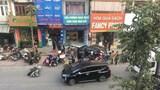 Ô tô mất lái tông thẳng vào nhà dân