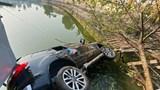 Tai nạn giao thông mới nhất hôm nay 10/12: Ô tô lao xuống hồ Tây, 4 người thoát chết