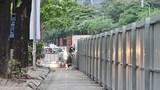 Bất ngờ với rào chắn cứng trên đường Lê Văn Lương, giao thông hỗn loạn