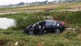 Ô tô đâm bay cột mốc rồi lao xuống ruộng
