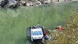 Tài xế ngủ gật, xe tải lao xuống sông Nậm Mộ