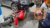 Xe máy Ducati tông móp đầu ô tô Lexus