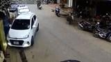 Clip: Nữ tài xế lùi trúng hàng loạt xe máy trên đường