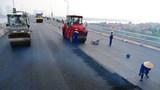 """[Ảnh] Cầu Thăng Long hoàn thành thảm mẻ bê tông nhựa cuối cùng để """"về đích"""" sớm"""