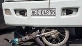 Người đàn ông đi xe máy bị ô tô tải cán tử vong