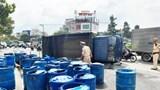 Dân giúp tài xế xe tải gom hàng tấn cá lóc đổ xuống đường