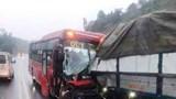 Xe khách bẹp đầu sau khi đâm xe tải, tài xế mắc kẹt trong ca bin