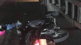 Va chạm với container ngã ra đường, người phụ nữ bị ô tô cán tử vong