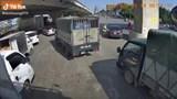 Hà Nội: Ô tô vi phạm bỏ chạy, cảnh sát giao thông lên xe ôm đuổi theo