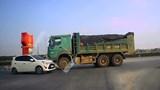 Ô tô con ''đối đầu'' xe tải đi sai phần đường