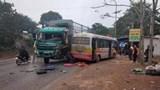 Tin tai nạn giao thông mới nhất hôm nay 28/1: Xe tải vượt ẩu đấu đầu xe buýt, 4 hành khách nhập viện
