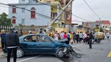 Xe ô tô biển xanh gây tai nạn đâm đổ cột điện