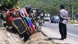 """Tai nạn giao thông mới nhất hôm nay 21/2: Xe container """"ôm cua"""" lật đè lên xe máy khiến 1 người tử vong"""