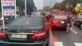 Xác minh 2 ô tô Mercedes Benz cùng biển số lưu thông trên phố