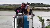Tai nạn giao thông mới nhất hôm nay 2/3: Ô tô chở 40 công nhân bị lật xuống ruộng