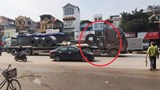 Hưng Yên: Xe đầu kéo bị 2 cuộn tôn lăn vào cabin