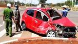 Tai nạn giao thông mới nhất hôm nay 8/3: Xe tải tông xe 4 chỗ bẹp dúm rồi hạ gục cột điện