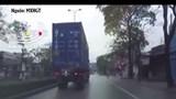 [Clip] 2 thanh niên phóng xe bạt mạng, chui gầm container thoát chết ngoạn mục