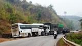 Xe khách đấu đầu xe tải, 4 người nhập viện, hàng chục người hoảng loạn