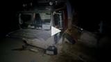 Xe tải chở cát mất lái tông vào rào chắn