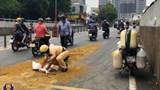 Cảnh sát giao thông lấp dầu nhớt đảm bảo an toàn giao thông cho người đi đường
