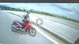 [Clip] Lấn làn, vào cua với tốc độ cao, xe máy đâm trực diện xe khách