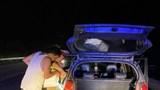 Cảnh sát giao thông mua xăng, giúp người dân trên cao tốc Nội Bài - Lào Cai