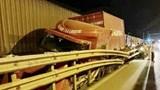 Xe container mất lái, đâm đứt lan can đường sắt, va chạm mạnh với tàu hỏa