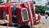 Tai nạn giao thông mới nhất hôm nay 1/6: Xe container chở hàng lật ngang giữa đường