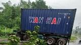Xe container phanh gấp lao đổ cột đèn và nhiều cây xanh