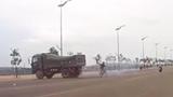 """Tránh xe đạp sang đường bất cẩn, xe tải """"driff"""" như phim hành động"""