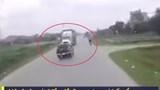 [Video] Xe bán tải bất cẩn, suýt đấu đầu với xe container