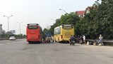 [Ảnh] Xe khách vô tư dừng đỗ, đón trả khách dọc đường Võ Văn Kiệt