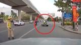 """""""Thông"""" chốt 141, nam thanh niên tông gục 1 cảnh sát cơ động"""