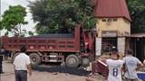 """Bắc Giang: Đâm vào xe container đang lùi, xe tải mất lái """"ủi"""" vào công ty ven đường"""
