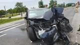 Hà Tĩnh: Tông vào dải phân cách, ô tô nát đầu, 4 người bị thương nặng