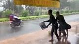 Phẫn nộ với hành động tạt nước vào người đi đường làm trò vui của nhóm thanh niên