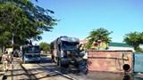 Xe tải đâm xe tưới nước công viên, tài xế kẹt cứng trong ca bin biến dạng