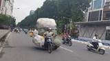 Chùm ảnh: Xe máy nghênh ngang chất hàng cồng kềnh diễu phố